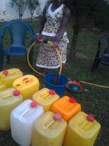 Das frische Wasser wird zum Transport ins Quartier abgefüllt